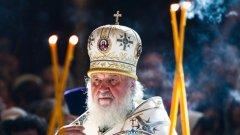 Според Синода на Московската патриаршия действията на Фанар са проява на груба намеса. В резултат на това руснаците наложиха сериозни църковни санкции-престанаха да споменават името на Вселенския патриарх по време на литургиите и наредиха на свещениците да не служат заедно със събратята си от Вселенската патриаршия.