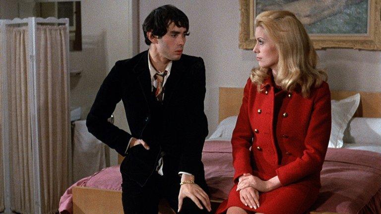 """""""Дневна красавица"""" Севрин (Катрин Деньов) е млада красива жена, която никога не е имала физически отношения със съпруга си. Тя прави секс само във фантазиите си, докато не разбира, че може да работи като проститутка в публичен дом, и да пренесе тайните си плътски желания в реалността. Но планът ѝ да спи с непознати мъже през деня, а вечер да се прибира при съпруга си, не се нарежда точно както се е надявала."""