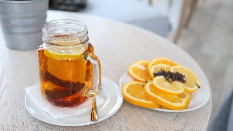 """""""Горещата Тоди""""Тук думата """"гореща"""" е в съвсем буквалния си смисъл. За коктейла са ви необходими 50 милилитра бърбън или уиски, чаена лъжичка мед, около 100 милилитра прясно изцеден лимонов сок и около 200 милилитра гореща вода. Всичко това се миксира в огнеупорна чаша, а за повече разкош можете да добавите пръчка канела за разбъркването."""