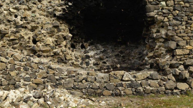 Днес никой не се трогва от миналото величие на отбранителното съоръжение, което вместо туристи посреща поредния вандал, решил да запали огън в стените на крепостта.