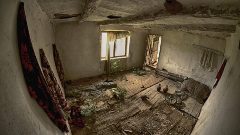 Единствената стаичка на хаането изглежда така, както е оставена за последно. Само че от пода са изникнали растения, по гредите на напукания таван гнездят лястовици, а влагата и мухълът бавно разяждат забравените по закачалките одеала