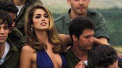 Синди Крофорд оповести, че се оттегля от модния подиум  На снимката: Синди с израелски войници, април, 1992