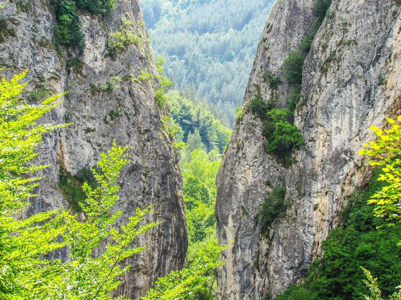 Ждрелото на река Ерма За онези, които искат да изкарат романтична почивка сред природата, горещо препоръчваме Ждрелото на река Ерма. По-смелите и подготвени къмпингари може да се насладят на добро време и да останат на палатка близо до реката. Може да се отседне и в Трън, но за живеещите в София препоръчваме да пътуват до ждрелото в същия ден. Мястото е идеално за еднодневна разходка.  Ако дамата, която искате да зарадвате, е природолюбител, не се съмнявайте, че с подобна дестинация ще я спечелите. Само се снабдете с подходящи удобни обувки.