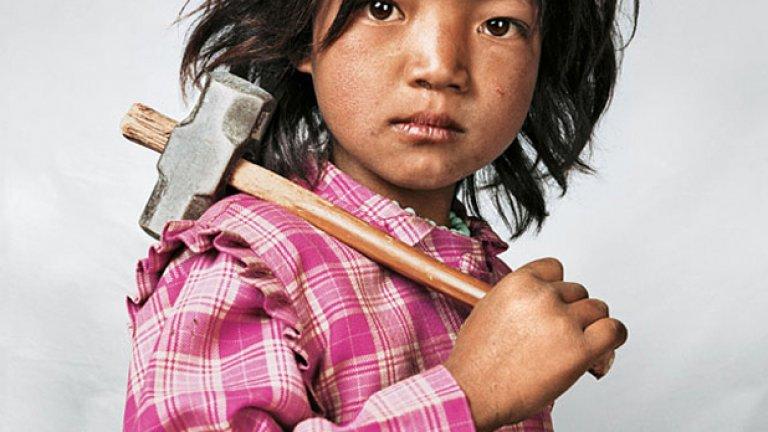9-годишната Индира от Непал работи на кариера за добив на гранит, откакто е навършила три