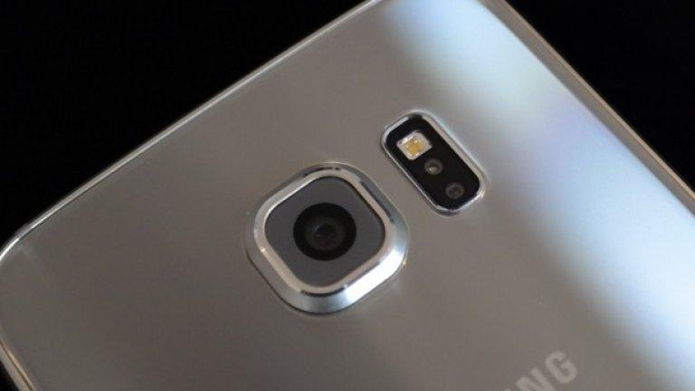 На задния панел на S6 ще откриете сензор за сърдечен ритъм и леко издадена камера. Новият 16-мегапикселен сензор, ръст спрямо 13-те мегапиксела в S5, стърчи доста, но пък се твърди, че прави по-добри снимки при ниска осветеност. С две докосвания на бутона Home, камерата също се стартира по-бързо. Самият телефон е невероятно мощен: той вече е достъпен с осемядрен процесор и 3GB RAM.