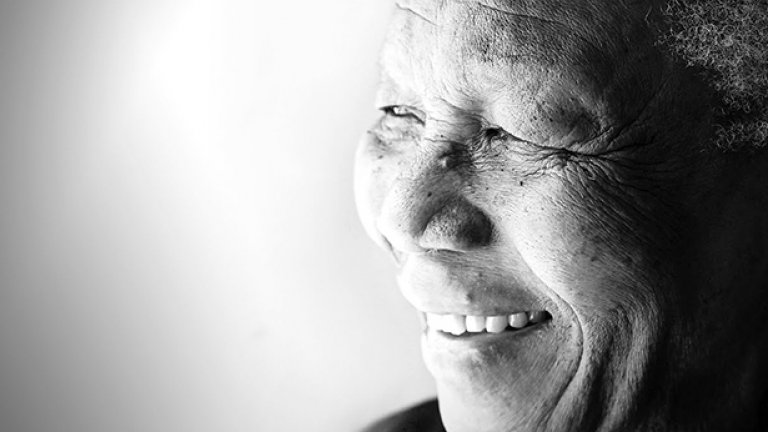 След смъртта на баща му, 9-годишният Нелсън Мандела е осиновен от новия водач на селцето Мвезо.
