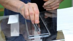 В секцията не трябва да присъстват външни лица, освен гласоподавателя, а екрана на електронната машина за гласуване трябва да се вижда само от избирателя.