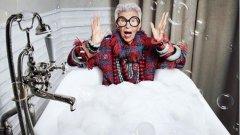 94-годишната модна икона Айрис Апфел винаги е на върха на модните тенденции.