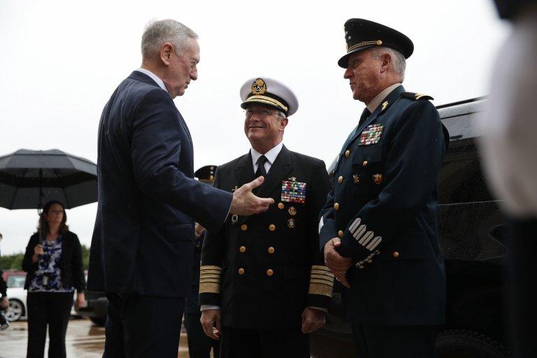 Джеймс Матис, по това време американски министър на отбраната, посреща Сиенфуегос (вдясно) през 2017 г.