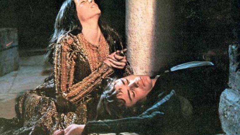 """Ромео и Жулиета   Това е вторият от общо четири филма на Франко Дзефирели, които ще бъдат представени тази есен на фестивала Киномания, този път екранизация по безсмъртната драма на Шекспир. """"Ромео и Жулиета"""" е от 1968 г. и има две награди """"Оскар"""" – за операторско майсторство и за костюми, както и три отличия """"Златен глобус"""".   Тук Дзефирели е максимално близък до оригинала като наема за главните роли млади дебютанти в лицето на Ленард Уайтинг и Оливия Хъси, които са съответно на 17 и 15 по време на снимките. Невинното излъчване на актьорите прави романтичните сцени наистина искрени и красиви. Затова и адаптацията по Шекспир се смята за един от най-добрите опити драмата му да бъде представена на голям екран.  По време на филмовия фест ще можете да гледате и """"Хамлет"""" и """"Укротяване на опърничавата"""", отново под режисурата на Франко Дзефирели.  Филмът е с две прожекции - на 10 и 13 ноември в кино """"Люмиер Лидл""""."""