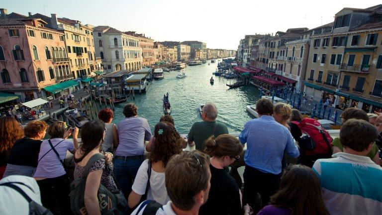 Венеция въведе патрули като връзка между полиция и туристи, забрани хотелите в центъра, вдига и някои туристически такси