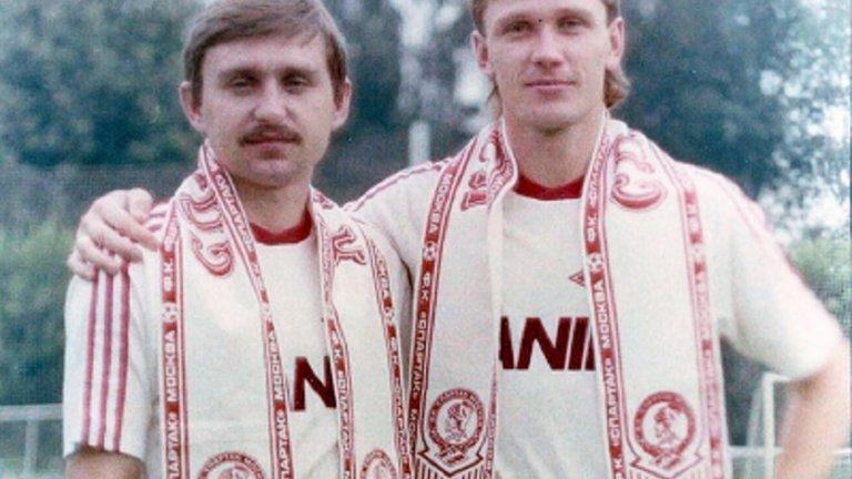 Фьодор Черенков (вдясно) с най-добрия си приятел Сергей Родионов преди мач срещу Арсенал от турнира за Купата на УЕФА в Лондон през 1982 година.
