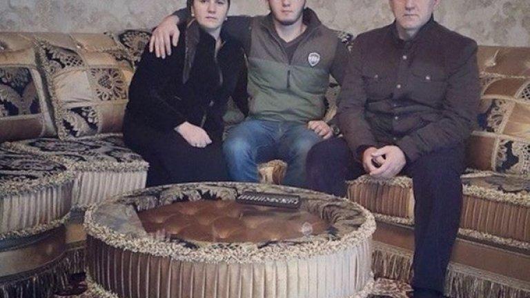 Нажуд Гучигов има жена и 20-годишен син, но по официални документи никога не е бил женен