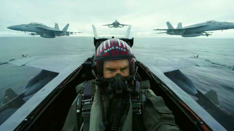 """Том Круз в """"Топ Гън: Маверик""""  След като години наред разчиташе на другия си популярен франчайз - """"Мисията: невъзможна"""", ето че Круз отново ще сложи униформата на пилот на изтребител. И то не кой да е пилот, а легендарния Пийт """"Маверик"""" Мичъл, когото зрителите помнят от """"Топ Гън"""" (1986 г.). В новия филм той е отказал повишения, за да може да продължи да пилотира. Но се задава ново предизвикателство - да обучи ново поколение пилоти на изтребители, включително и сина на негов покоен приятел. Завръщането на Том Круз в """"Топ Гън"""" е едно и от най-""""закъснелите"""" в списъка - все пак първият филм излезе преди цели 34 години.   Премиера: 26 юни 2020 г."""