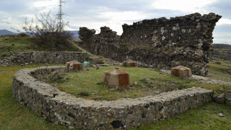 Освен опожарени стени, на това място могат да се видят и следите от вече отстранени железобетонни инсталации, вероятно част от някогашните въжени линии, пренасящи руда за намиращия се в близост оловно-цинков комбинат.
