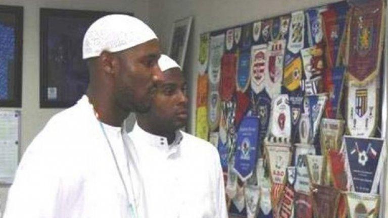 """Никола Анелка. Французинът прие исляма като играч на Челси. """"Всъщност винаги съм бил мюсюлманин, просто не съм го осъзнавал. Гледната ми точка напълно съвпада с всичко, написано в Корана"""", обяви Абдул Салам Билал Анелка."""