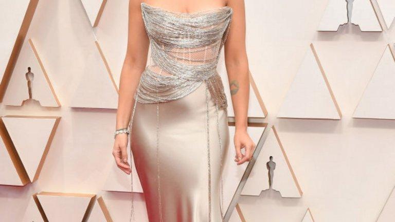 Скарлет Йохансон   Актрисата тази година се размина със златната статуетка, но със сигурност може да спечели приз за стил. На червения килим тя блестеше в рокля на Оскар де ла Рента, която щедро разкриваше деколтето и татуировките й.