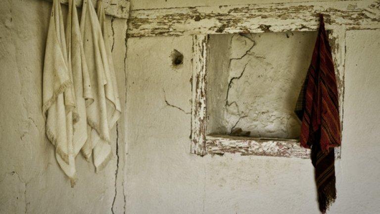 Кърпите за гюсул, с които покойникът е подсушаван след измиването му, още са тук