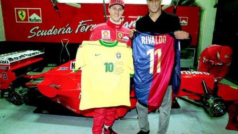 Ривалдо подарява свои фланелки от Барселона и Бразилия на легендата Михаел Шумахер.
