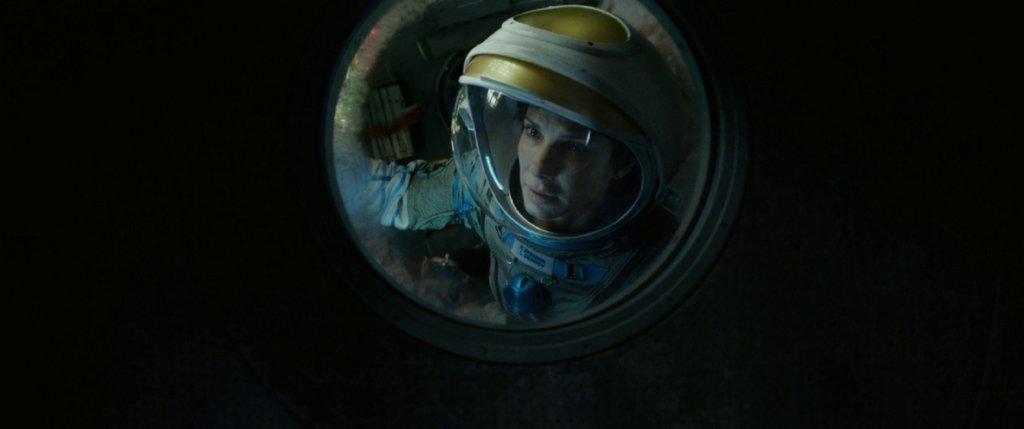"""""""Гравитация"""" (Gravity)Фантастичният филм, с който Алфонско Куарон взе """"Оскар"""" за режисура през 2013 г., мести фокуса към изолацията в космоса, където двама астронавти (Сандра Бълок и Джордж Клуни) трябва да се справят с последствията от авария, докато навлизат все по-дълбоко и в емоционалната вселена вътре в себе си."""