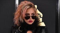 """Лейди Гага   Със зашеметяващите си шоута и разточителни сценични костюми екстравагантната певица прави впечатление на жена, която харчи с размах за всяка своя прищявка. И със състояние, оценено на 275 млн. долара, можем да предположим, че Лейди Гага живее доста """"нашироко"""".   Всъщност неведнъж звездата е признавала в свои интервюта, че се стреми да пазарува от разпродажби и предпочита да използва купони за намаления, ако е в супермаркета. И допълва, че понякога мениджърът й се обажда притеснен, за да я пита дали нещо не се е случило с кредитната й карта, защото няма отчетени транзакции от нея. Истината е, че в много области на живота си Гага се опитва да харчи колкото се може по-малко."""