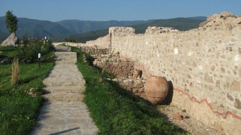 """Крепостта """"Перистера"""", Пещера – 3.6 милиона лева    Червената линия в основата на крепостната стена означава края на оригиналния архитектурен пласт, над нея е новият градеж. Това е азбучно правило в реставрацията, макар съвременната наука да не допуска преимущество на новото над старото.   Местната власт обаче гледа напред в бъдещето и разглежда """"Перистера"""" като гвоздей на цял комплекс от атракции и развлечения за всеки сезон и вкус. """"Влюбените двойки ще си казват заветното """"да"""" в крепостта. В двора на някогашния военен обект в подножието на хълма ще има алея на старите занаяти, съществували в Пещера. Тя ще е по подобие на улиците в Етъра"""", предвиждат от общината в Пещера.   И още: """"Всеки гост на """"Перистера"""" ще може да облече бойни доспехи, да стреля с лък, да хвърля копие. И да научи всичко за стенобойните машини, които преди векове са били гордостта на крепостта. Машините ще бъдат изложени в  музея на полиоркетиката* . В който и сезон да посетите крепостта, за вас ще има уникална атракция. Литийни шествия в деня на св. Петка ще се провеждат на хълма"""".   * полиокретика – византийска система от военни знания за водене на обсада"""