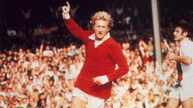 """Денис Лоу - 404 мача, 237 гола Първият от легендарното трио на Манчестър Юнайтед, който заслужи Златната топка през 1964 г. Лоу е Краля за """"Стретфорд Енд"""". И как може да е различно с неговите феноменални 237 гола в 404 мача?"""