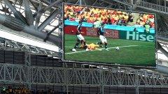 """Видеоекран показва на повторение дузпата за Франция срещу Австралия. Изглежда в """"тъмната стаичка"""" не бяха единодушни има ли нарушение срещу Гризман, но съдията посочи бялата точка"""