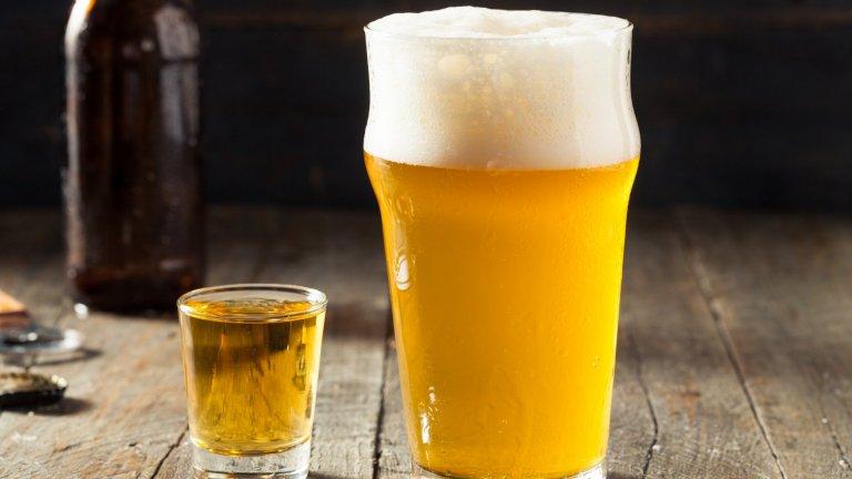БойлермейкърТова е още едно съчетание, с което трябва да сте предпазливи. Вкусно е, свежо и цитрусово, но лесно можете да изтървете бройката коктейли, които сте обърнали. За една чаша са ви необходими 330 мл. лека светла бира, 30 мл. бърбън и не много сладка лимонада. Резените лимон са задължителни.