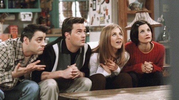"""1. Да хванем младата публика  В началото на 90-те американската телевизия NBC има два супер успешни комедийни сериала – """"Зайнфелд"""" (Seinfeld) и """"Луд съм по теб"""" (Mad About You). Телевизията обаче търси нещо, с което да """"върже"""" пред екрана и хората между 20 и 30 години, особено необвързаните млади хора, които живеят и работят в големите градове.  В същото време продуцентите Марта Кауфман и Дейвид Крейн се провалят със своя сериал Family Album по CBS и търсят нов проект. Идва им идеята за ситком за шестима приятели под 30 години, живеещи в Манхатън.  """"Това е шоу за секса, любовта, връзките и кариерата във времето, когато всичко ти се струва възможно. Това е шоу за приятелството, защото когато си необвързан в големия град, твоите приятели са твоето семейство"""". С тези думи Кауфман и Крейн презентират идеята си пред NBC и през декември 1993 г. телевизията и двамата продуценти си стискат ръцете."""