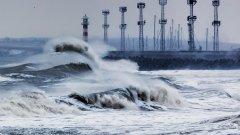 Огромни морски вълни заливат пристанища и населени места