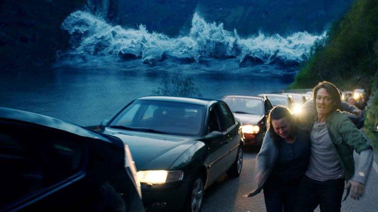 """""""Вълната"""" (The Wave)Година:2015Решихме представителството на всички филми за огромни вълни цунами (които са наистина много) да отиде при този норвежки филм на режисьора Роар Утхауг, който е доста качествен пример за доброто в жанра, при това европейски. В него почти 9-метрово цунами удря местното градче Гейрангер (впрочем, там наистина има места, заплашени от подобно бедствие). """"Вълната"""" се фокусира върху напрегнатата история на геолога Кристиан, която ни държи на нокти до финалните надписи."""
