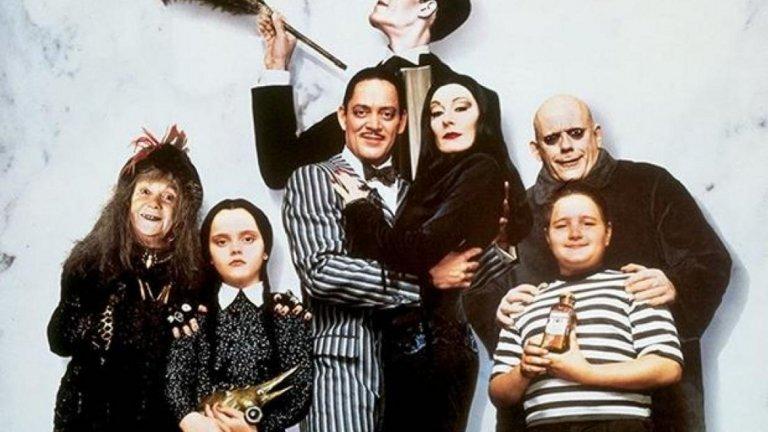 """The Addams Family / """"Семейство Адамс"""" Култовият филм от началото на 90-те (базиран на анимация и сериал от 60-те) определено има своята фенска база. Мрачното, но изключително любвеобилно семейство Адамс, в което ценностите са обърнати с краката нагоре, би се радвало на благодатна почва и сред новите зрители. От по готически красивата Мортиша до циничната социопатка Уензди, превърнала се в любимка на толкова много цинични и саркастични тийнейджърки. Самата идея за семейство Адамс е забавна, а с добра история (или директно адаптирана стара история) може да привлече доста зрители и да се сдобие дори с втора и трета част."""