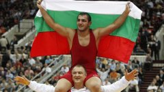 Михаил Ганев и треньорът Симеон Щерев след третата световна титла за българския отбор по борба