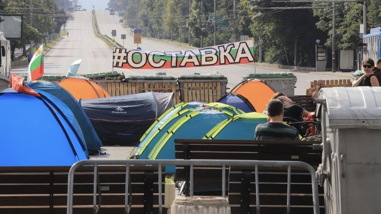 """От СДВР се заканиха, че тази нощ палатките ще бъдат премахнати, но Орлов мост, пл. """"Независимост"""" и пространството пред СУ осъмнаха отново с палаткови лагери"""