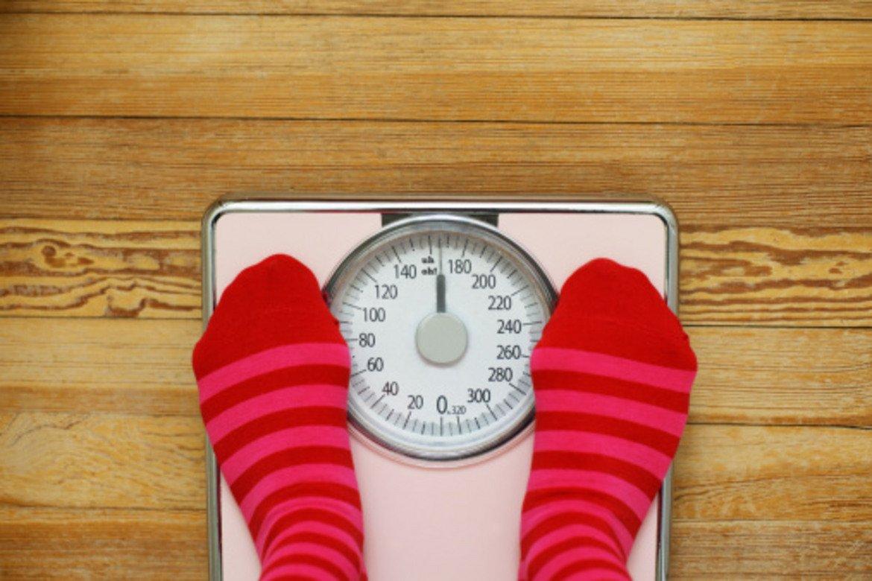 """4. Ако се претеглите в различно време на деня, ще тежите различно  Ако нямате последователен подход и се теглите по всяко време, когато ви дойде на ум, то не се учудвайте, че кантарът показва различни килограми всеки път. Теглото ви многократно """"играе"""" нагоре-надолу през деня под въздействието на храната и течностите, които приемате. Напълно нормално е, ако се претеглите сутрин на гладно, да тежите по-малко, отколкото по средата на деня след закуската и обяда. Препоръчително е да се теглите сутрин преди първото хранене за деня – като изобщо не е нужно да го правите всеки ден. Оптимален вариант е веднъж на 3-4 дни. Дори веднъж седмично е достатъчно, за да видите как се движите."""