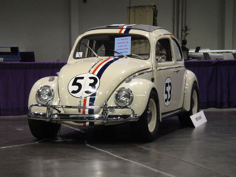"""Volkswagen Beetle, """"The Love Bug"""" и """"Хърби: Зареден до дупка""""   Американската комедия от 1963 г. """"The Love Bug"""" поставя в центъра на сюжета един необичаен избор за филмов автомобил – Volkswagen Beetle или, както му казваме на български, """"Костенурка"""". Малката кола е различна от своите мото-събратя, защото има собствен характер, скрити под капака й.   През годините Хърби се появява в редица филми, като последният е с участието на Линдзи Лоън и е от 2005 г. Тук няма впечатляващи специфики на колата или десетки конски сили, но за сметка на това Хърби има огромна душа, въпреки че е и малко своенравен."""