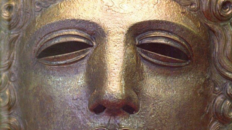 """""""Героят с хиляди лица"""" на Джоузеф Кембъл В """"Героят с хиляди лица"""" митологът Джоузеф Кембъл изследва пътуването на героя - това е мотивът за израстването и преобразяването на героя, който може да бъде открит във всички световни митологични традиции. Теорията на Кембъл е основа на стотици произведения на съвременни творци, като може би най-известното такова е поредицата """"Междузвездни войни"""" на Джордж Лукас. Основната линия на книгата се съдържа в следния цитат: """"Героят дръзва да напусне света на ежедневието и да навлезе в царството на свръхестествените чудеса - там се сблъсква с фантастични сили и печели решителна победа - героят се завръща от това мистериозно приключение със силата да дари благодат на своите събратя"""". При изграждането на своя модел за пътуването на героя Кембъл се опира на трудовете на теоретици от началото на XXв., сред които Фройд, Юнг и Арнолд ван Женеп."""