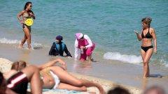 """Носенето на """"благоприличния бански"""" е поредният пример за диктат на женското мюсюлманско облекло във Франция"""