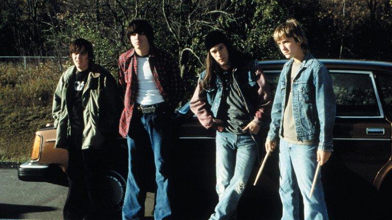 """Detroit Rock City / """"Време за рок"""" През 1978 г. Кливланд, Охайо, четирима бунтовни тийнейджъри - Хоук, Лекс, Трип Веруди и Джеремия """"Джем"""" Брус - свирят в трибютна група на Kiss, наречена Mystery. Когато любимата им банда обявява концерт в Детройт, те живеят за това и дори успяват тайно от родителите си да се сдобият с билети за шоуто. Надеждите им обаче се провалят катастрофално, когато религиозно консервативната майка на Джем открива билетите за концерта и ги изгаря, заплашвайки да прехвърли сина си в католически интернат. Дали това ще спре четиримата тийнейджъри? Едва ли, за тях борбата да се доберат до концерта само става още по-забавна."""
