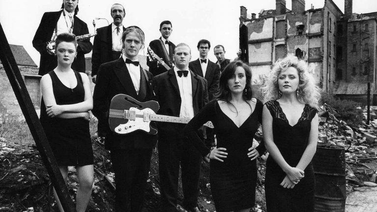 The Commitments Действието на комедията се развива в Северен Дъблин, където младият безработен Джими Рабит (Робърт Аркинс) решава да формира соул банда, съставена изцяло от членове на ирландската работническа класа. Джими пуска обява в местния вестник, прави прослушвания в дома на родителите си и в крайна сметка успява да събере банда. След като си купуват инструменти от черния пазар, групата е готова да репетира и да изнесе първия си концерт в местната църква. Талантът им е изпратен с овации, но с нарастването на славата им, напрежението в групата започва да се увеличава.