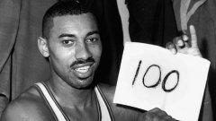Уилт Чембърлейн, мит в баскетболаЧембърлейн и до днес държи един от най-великите рекорди в спорта - 100 точки в един мач от НБА. Вкарва ги за Филаделфия срещу Ню Йорк (169-147) през 1962-ра. Уилт е притежател на още пет недостижими рекорда в лигата, а номерът на гърба му не му носи нещастие, а... точно 13 избирания в Мача на звездите.
