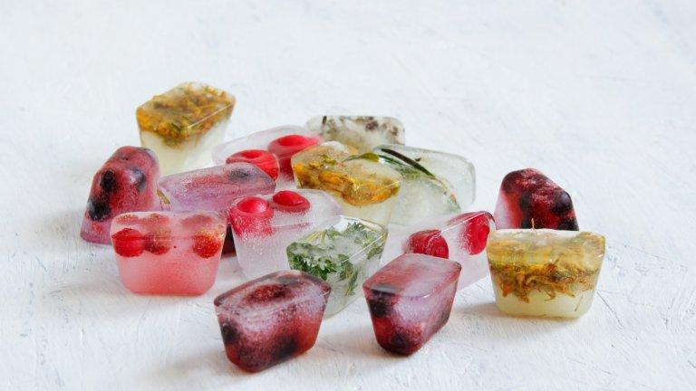 Цветни ледени кубчета  Това е един от най-лесните начини да вкарате колорит и настроение, особено ако коктейлът е с прозрачен цвят. На дъното на формички за лед разпределяте съставки, съобразени с коктейлите, които ще пиете - можете да използвате плодове, билки, ядливи цветя, дори цветни захарни пръчици. Доливате с вода, замразявате и така незаменимият лед за питието вече е далеч по-цветен и готин.