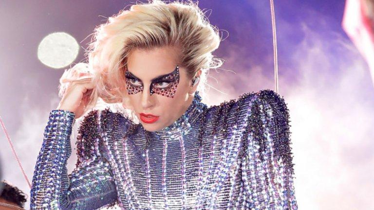 Лейди Гага   Лейди Гага е колоритна, оригинална и винаги може да изненада публиката с нещо ново. От изпълнител като нея може да е очакват също толкова интересни профили в социалните мрежи, но в реалността нещата са по-различни. Първо, певицата изглежда е пристрастена към селфитата, а колкото и да е обичана дадена звезда – рано или късно това омръзва. Още по-досадно е, че понякога публикува поредици от почти еднотипни снимки, между които трудно се откриват повече от три разлики.