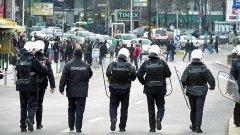 Македония обяви национален траур, след като поне шест полицейски служители са убити, а над 30 са ранени при операжия срещу терористична група в македонския град Куманово