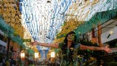 17-годишната певица Фернанда Брум се разхожда по украсена в жълто и зелено улица на Рио по време на снимките на клипа към парче, посветено на Мондиала.