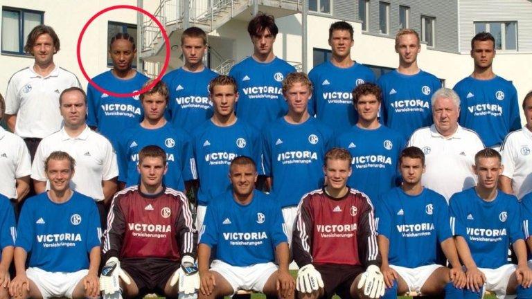 Хиани Камба е очертаният в червено футболист. Вратарят долу вдясно пък е Мануел Нойер, който впоследствие ще се превърне в легенда на Байерн Мюнхен и националния отбор на Германия.