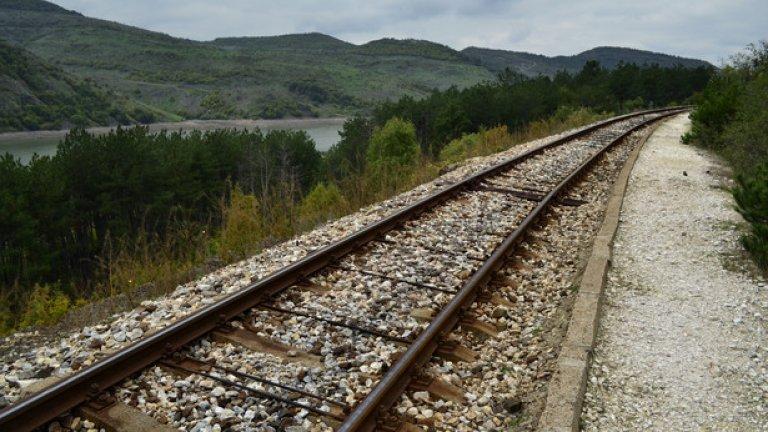 Пътечката преминава през малка борова гора и пресича железопътните релси по линията Кърджали-Димитровград