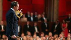 """Още малко бял хумор: Лео прие равнодушно """"Оскара"""", тъй като му го дадоха, защото е бял. Ако беше дори леко мургав, или щеше да продължава да си мечтае за него, или щеше да го е взел още за """"Защо тъгува Гилбърт Грейп"""" или най-късно за """"Плажът"""""""