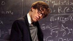 """Хокинг (2004)  Къмбърбач изигра Стивън Хокинг в биографичния филм на BBC цяло десетилетие преди Еди Редмейн да получи """"Оскар"""" за ролята в нашумелия """"Теорията на всичко"""". Английският филм поставя по-сериозен фокус върху науката, но Къмбърбач отново успява да бъде убедителен и въздействащ."""